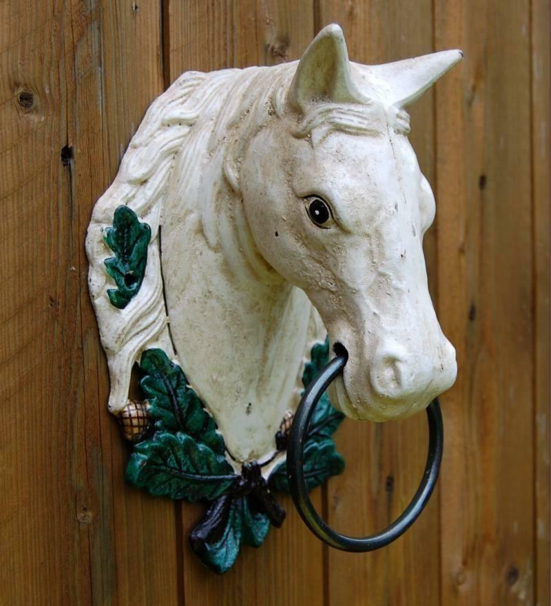 Gusseiserner Pferdekopf mit Lorbeerkranz
